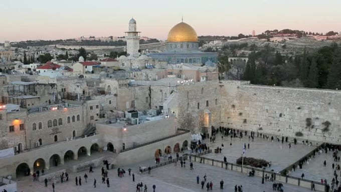old-city-dome-of-the-rock-jewish-quarter-of-the-western-wall-plaza-with-peo_-135svj4s__D