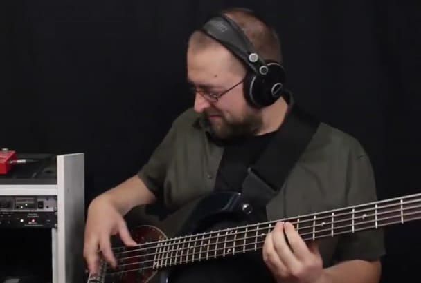 be your bass player and I record bass line on bass guitar